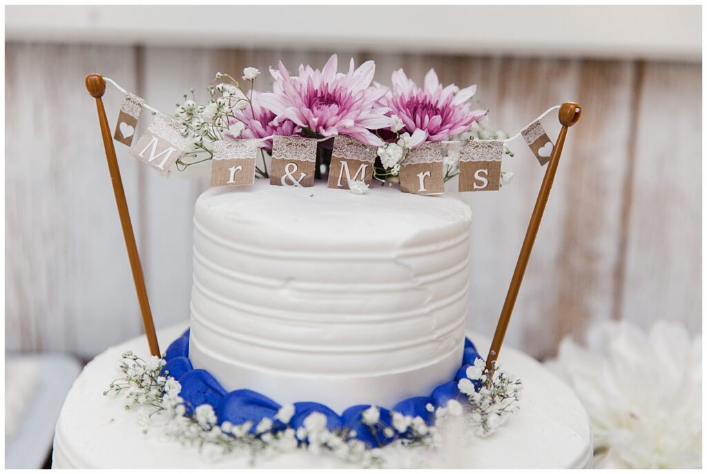 Country styled wedding cake for outdoor Texas styled wedding at Fort Worth Country Memorial Wedding Venue photographed by Dallas wedding photographer Jenny Bui of Picture Bouquet Studio.